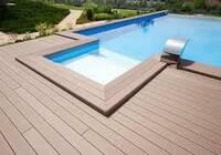 Dřevoplastvová podlaha kolem bazénu